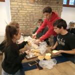 A Maszk osztály diákjai szendvicseket készítenek