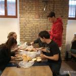 A Maszk osztály diákjai szendvicseket keszítenek
